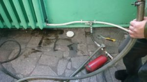 Монтаж трубопроводов для проведения пневмоимпульсной очистки и процесс очистки системы отопления.
